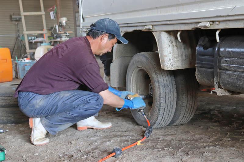 トラックのタイヤ交換の画像